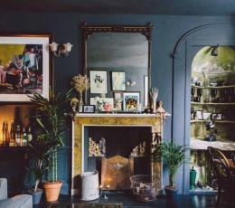 华丽的室内陈设充满了艺术品和发现古董