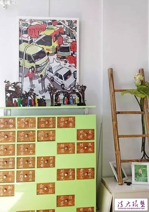 本时平淡无奇的公寓,因多种色彩而变得美丽生动