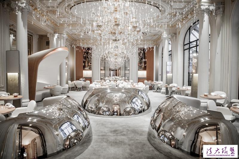 五星级酒店的餐厅室内装饰璀璨夺目宛若奢华宫廷