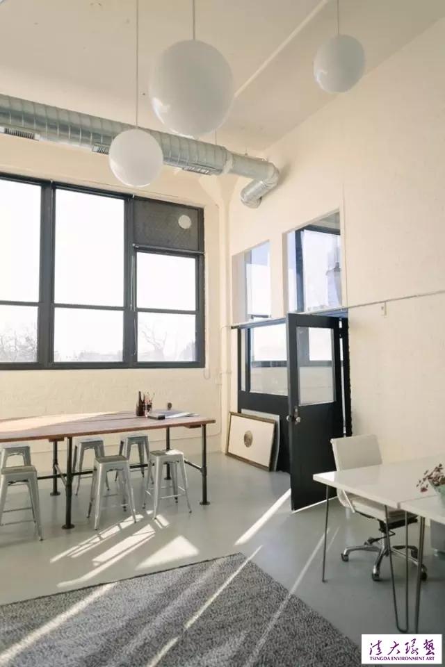 公司办公室室内陈设简洁明亮又不乏温馨感