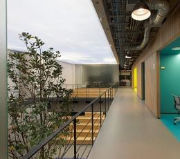 巧用明亮的颜色 通透温馨活力办公楼设计