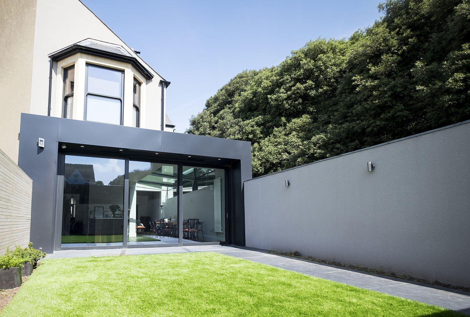 经过改造的室内装饰同时具有一个独特的9米长的玻璃屋顶