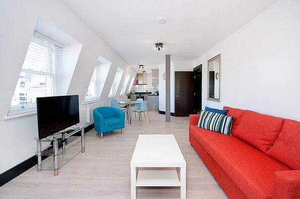 工业仓库改造公寓拥有明亮而现代的软装设计氛围