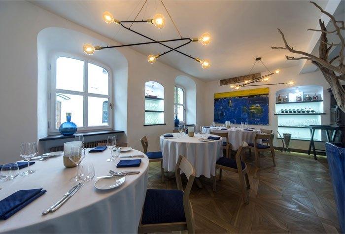 现代极简主义与地中海经典风格相结合的餐厅设计