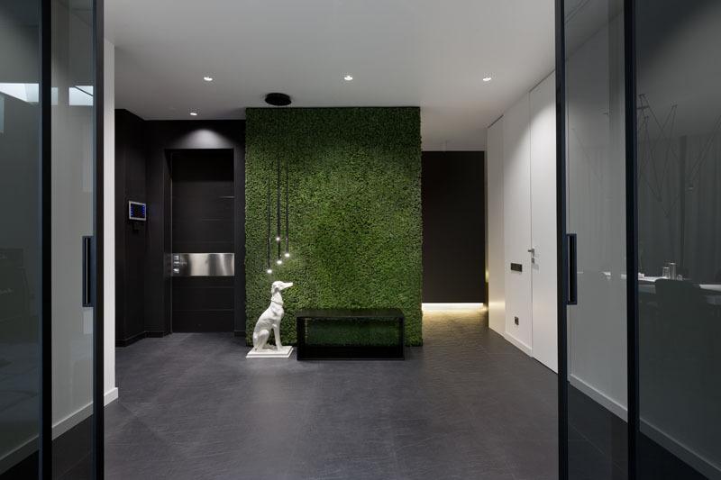 现代公寓室内空间使用黑白色调并添加玻璃和镜子元素
