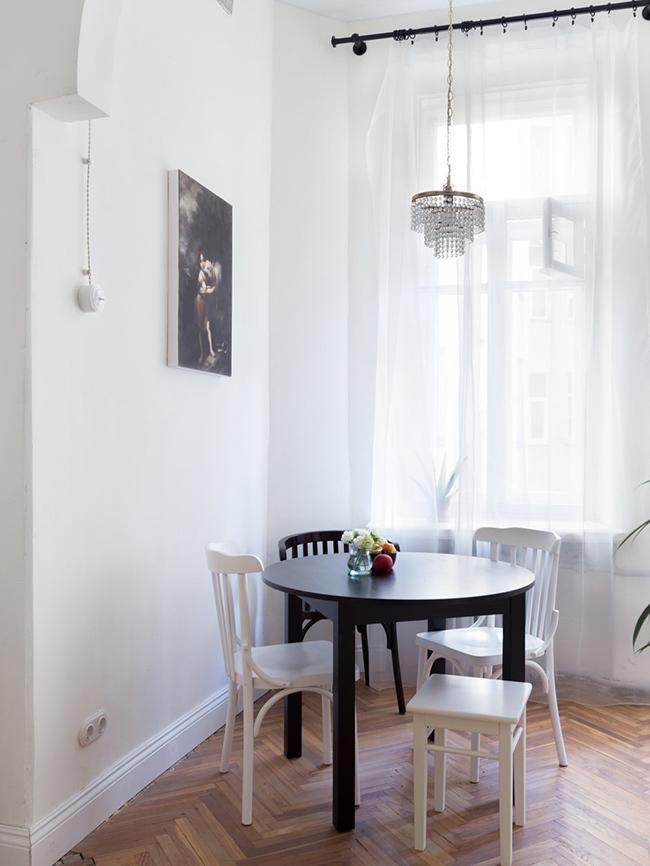 一个简单的单身公寓室内设计充满迷人的气息