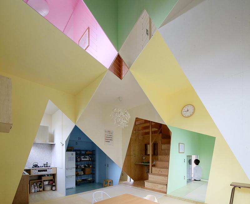 所有的角度:丰富多彩的几何装饰产生迷失的效果