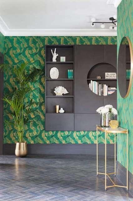 复式的阁楼装饰大胆的祖母绿和黄金壁纸并有大量的镀金细节