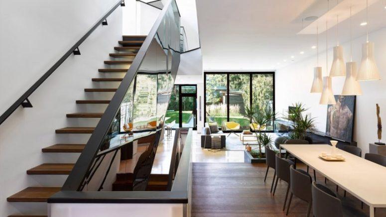 现代化住宅拥有独特的镜像楼梯设计可反射光线,使房间看起来更大