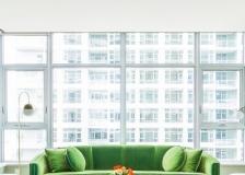 这间大胆的公寓以中世纪现代风格装饰,配有鲜艳的色调