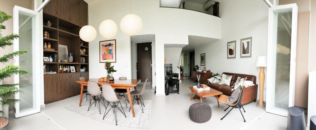 家庭旅游:中世纪现代风格的三居室复式公寓,配有有趣的陶器和艺术品