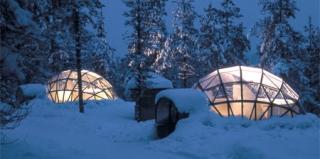 在拉普兰的玻璃冰屋中欣赏北极光的美丽