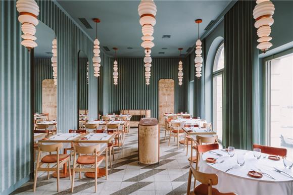 华沙OPASLY TOM餐厅,丰富的色彩、饰面和纹理空间下的用餐体验