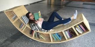 Sofia Alexiou设计的书柜躺椅