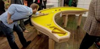 引人注目的香蕉台球桌