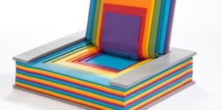 创意设计 用瑜伽垫做成的彩虹折叠书椅