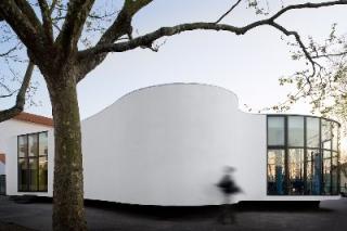 蓝与白的协奏:葡萄牙学校餐厅扩建