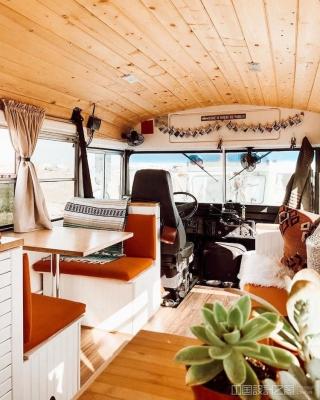 游牧夫妇把普通校车改造成房车,舒适又别致