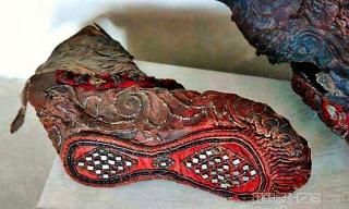 阿拉泰山发现距今2300年的古锡安鞋,几何图案错综复杂